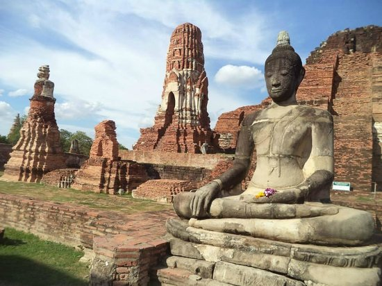 Wat Mahathat : 旁邊廣大的寺廟遺址,這裡很幽美唷! :)