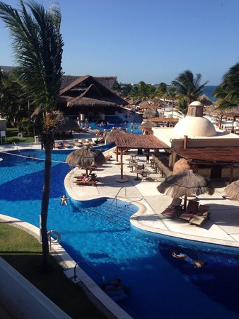 Excellence Riviera Cancun : The view to the left from our Excellence Club Ocean Front Room 7254.