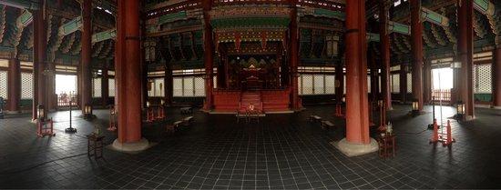 Gyeonghuigung Palace : The throne room.