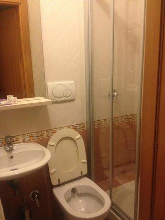 Hotel Marechiaro: baño con agua caliente y completo