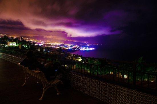 La Quinta Park Suites: Der Blick von der Hotel-Terasse richtung Puerta de la Cruz bei Nacht