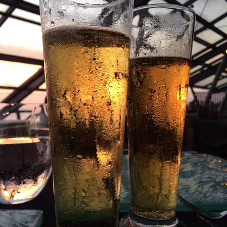 SOS Rooftop Lounge & Bar: Can see sunset through the brew glass
