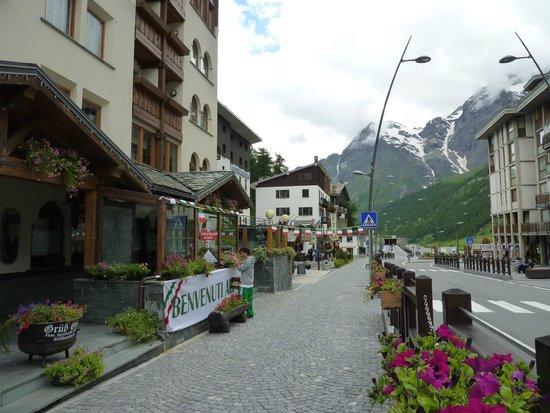 Sertorelli Sport Hotel : 山々に抱かれた街
