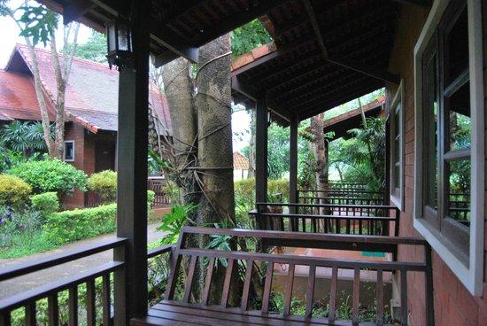 Golden Pine Resort : entrée bungalow