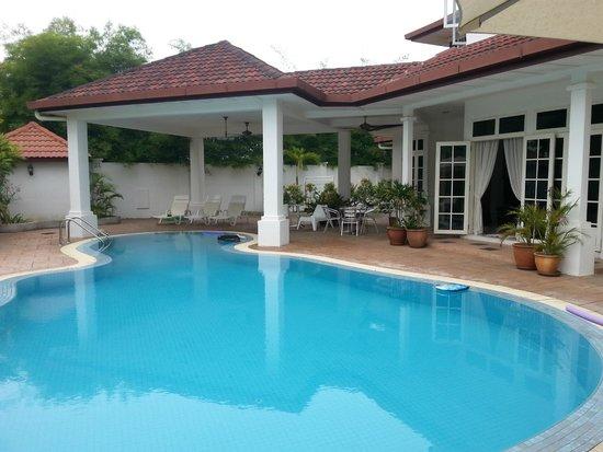 Rumah Putih Bed and Breakfast: Lovely pool @Rumah Putih B&B
