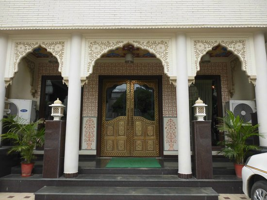 Nahargarh Haveli: 手入れされてる玄関