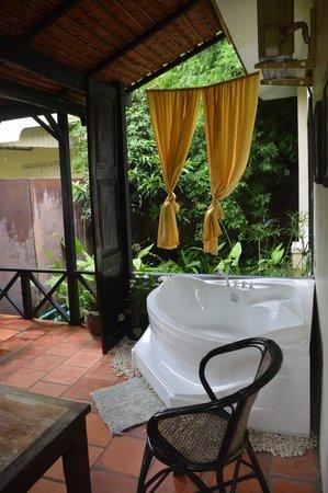 The Sanctuary Villa: Bañera en nuestra terraza