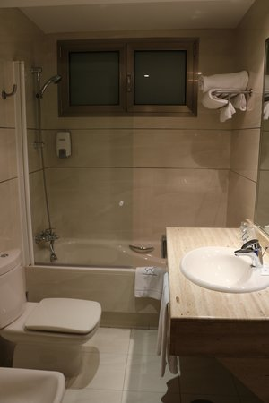 Clement Barajas Hotel: BathRoom