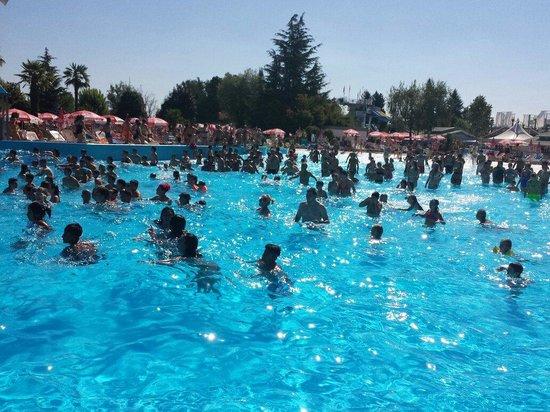 Piscina con le onde foto di cupole lido - Immagini di piscina ...