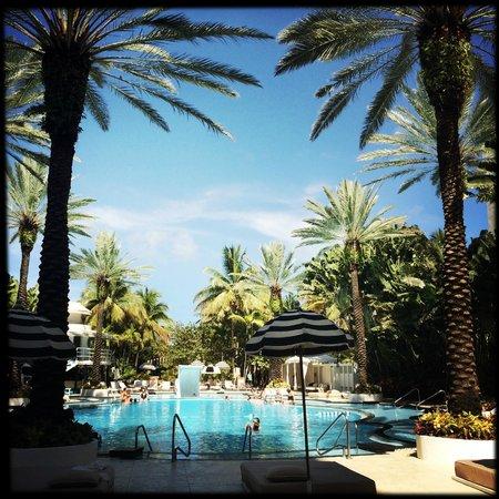 The Raleigh Miami Beach : Pool area with bar/restaurant