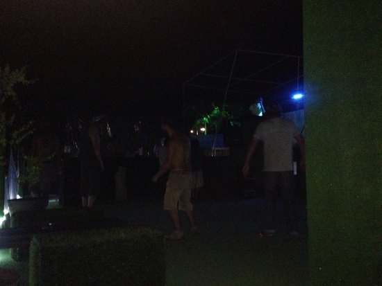 Hikuri Hostel: 02:00am. The height of the party. 6 guys dancing. Wow.
