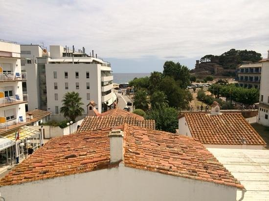 Hotel Avenida : view and distance shot of beach and castle from window