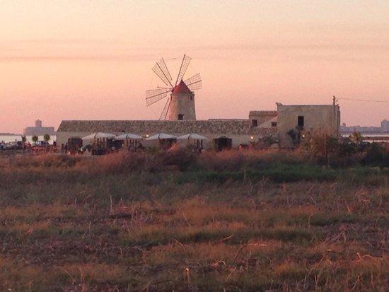 Riserva Naturale Saline Di Trapani E Paceco: Museo del Sale immerso nelle saline al tramonto
