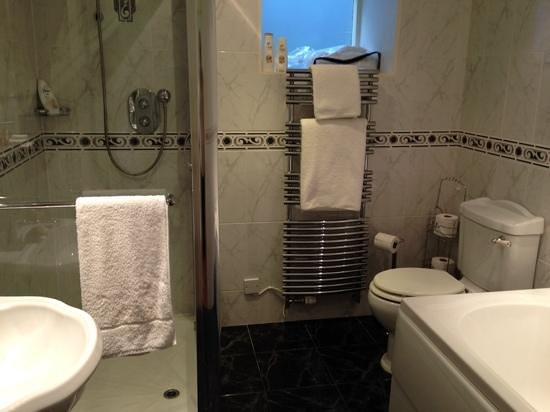 The Burn How Garden House Hotel: Mews bathroom