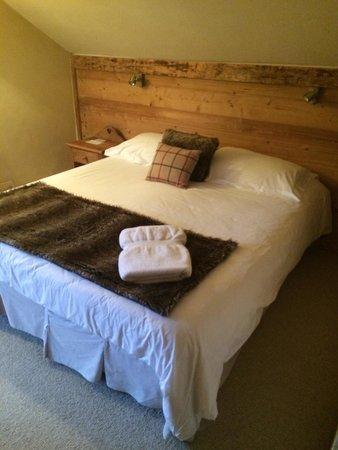 Les Cimes: Кровать; номер 6, верхний этаж под крышей