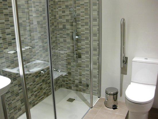 Cuarto de baño habitación adaptada en The Book Factory Hostel