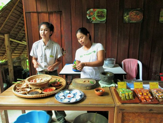 Siam Safari: Explaining about the ingredients used in making curry