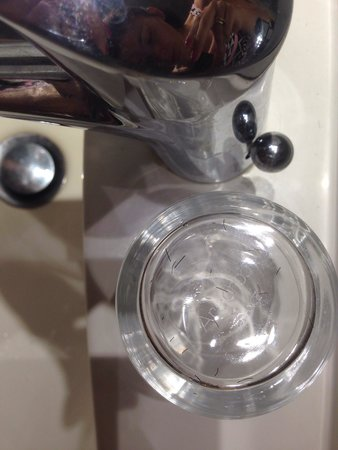 Quality Hotel Clermont Kennedy : Poils sur verre dans salle de bain