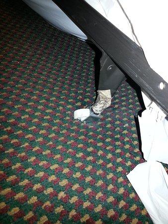 Emerald Inn Expo : broken bed frame/wheels