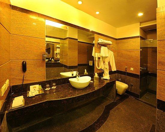HK Clarks Inn: EXECUTIVE SUITE BATHROOM