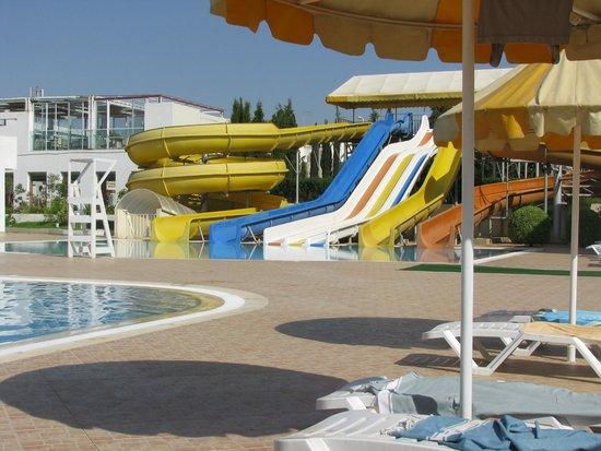 Omar Khayam Club: piscine et toboggan pour enfants et grands qui s'adonnent à coeur joie
