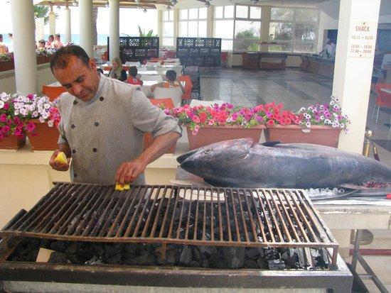Omar Khayam Club: grillade avec du thon rouge et au bord de la piscine