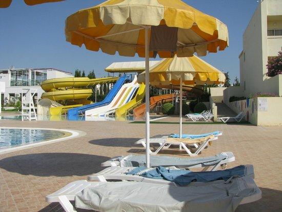 Omar Khayam Club: une bronzette au bord de la piscine