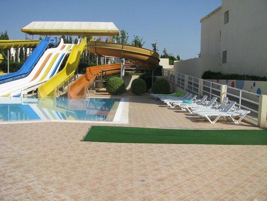 Omar Khayam Club : piscine et toboggan pour enfants et grands qui s'adonnent à coeur joie