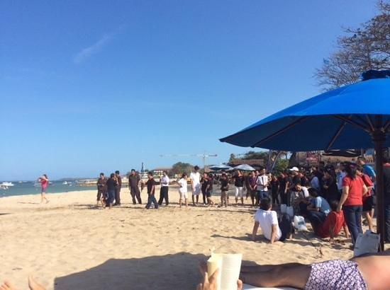 Grand Aston Bali Beach Resort: les serveurs en plein jeu de plage !!!