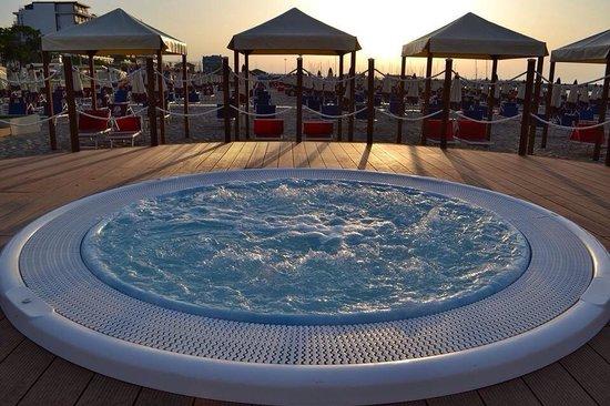 piscina idromassaggio dei bagni convenzionati con l'hotel gabicce ... - Bagno Zen Gabicce Mare