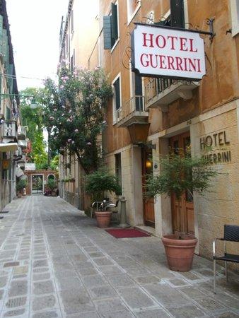 Hotel Guerrini : ホテル入口