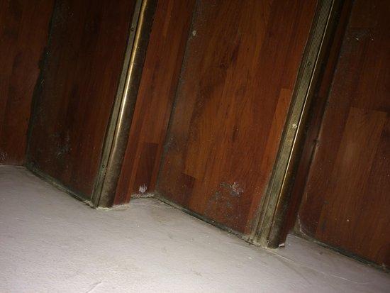 Hotel des Vignes: Poussière dans les escaliers