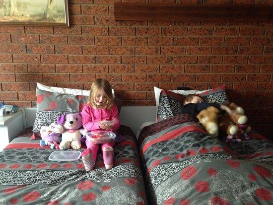 Whalers Rest Motor Inn : Single beds in family room. Great for kids.