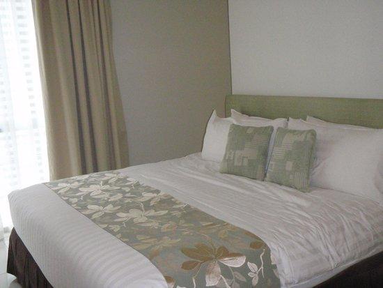 PARKROYAL Serviced Suites Kuala Lumpur : 窓際にベッド。広いよ