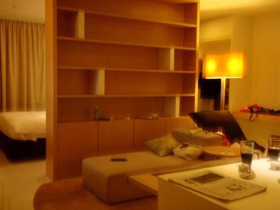 PARKROYAL Serviced Suites Kuala Lumpur : このソファも眠くさせます。
