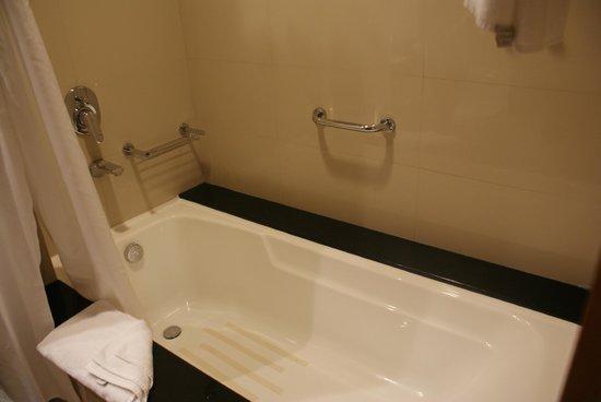 Four Points by Sheraton Downtown Dubai : Bathroom