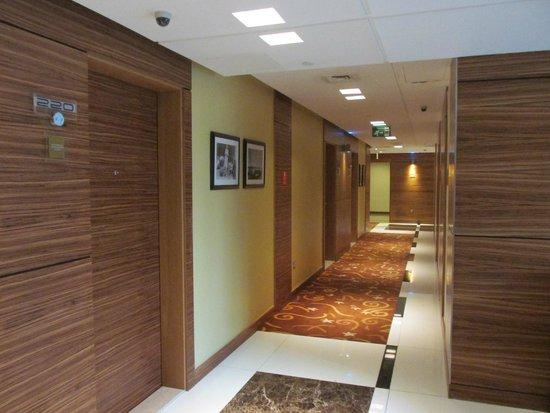 Four Points by Sheraton Downtown Dubai : Room's corridor