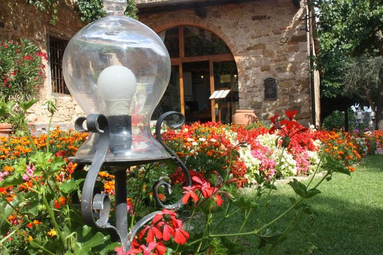 Hotel Belvedere Di San Leonino: Le parterre de fleur devant l'accueil