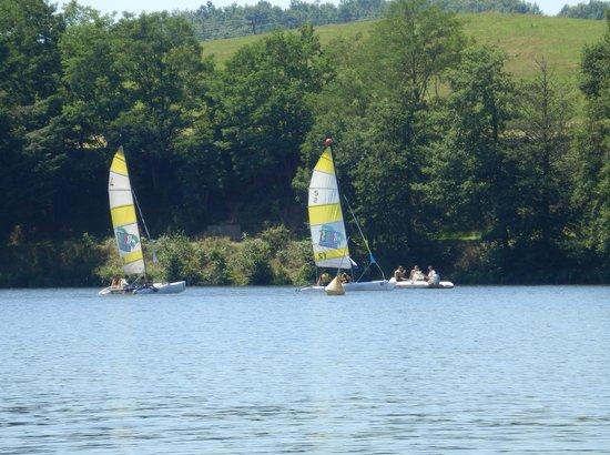 Lac des Sapins: Des bateaux à voile sur le lac.