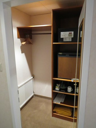 Parkhotel Graz: closet and safe