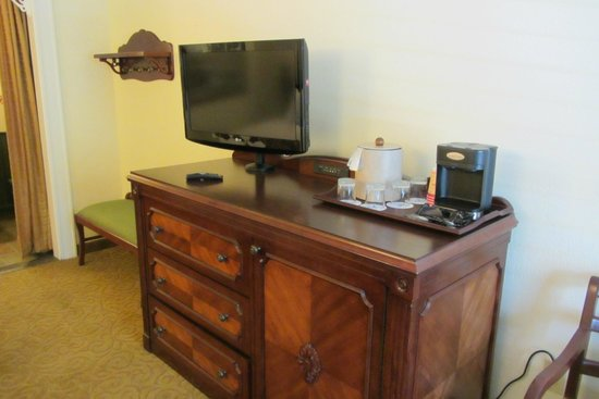 Disney's Port Orleans Resort - French Quarter : TV and coffee maker in the room
