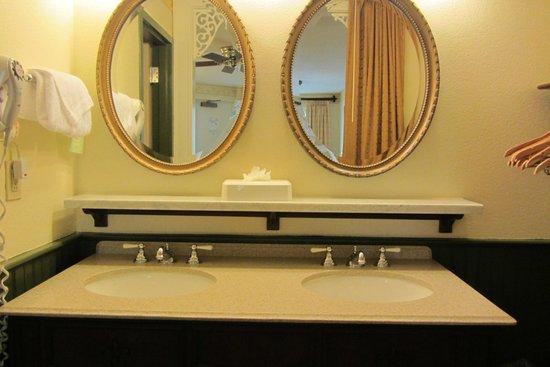 Disney's Port Orleans Resort - French Quarter : The bathroom