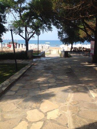 Barut Arum : heading down to the beach