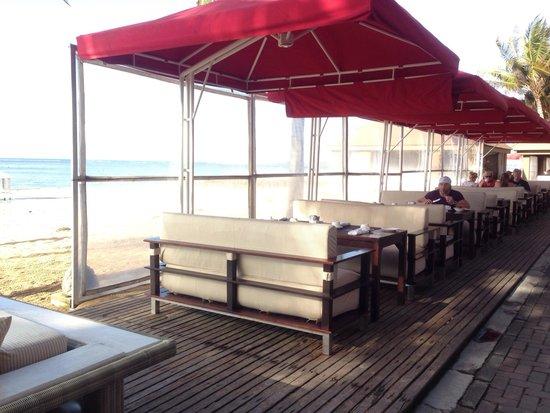Puri Santrian Beach Club Bar & Restaurant : Breakfast on the beach
