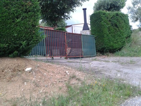 Cerdanya EcoResort: puerta para salir del camping hacia la granja (se abre bajo petición de llave y con entrada a gr