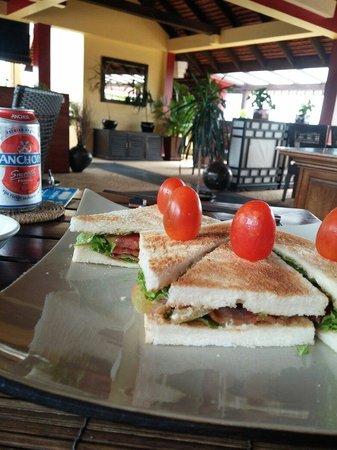 Siddharta Boutique Hotel : Restaurant au 3e étage de l'hôtel, sandwich BLT et bière cambodgienne... Un vrai délice après un