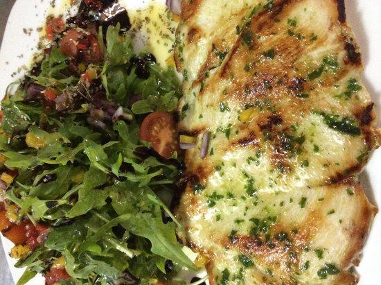 La Placeta Restaurante: Pechuga de pollo con ensalada de rucula