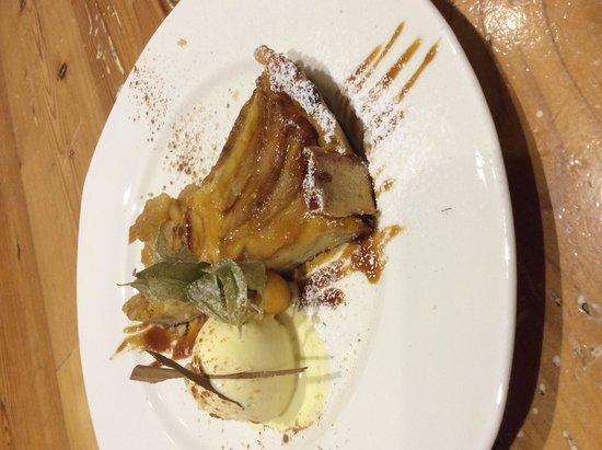 La Placeta Restaurante: Tarta de manzana con helado de vainilla , canela y crema chantillí