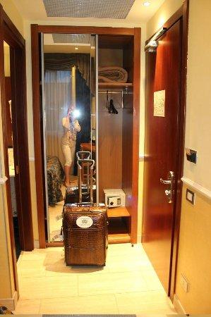 Windrose Hotel: Шкаф при входе