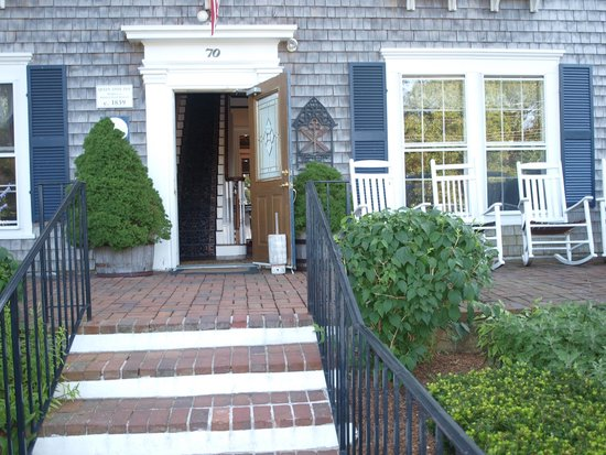Queen Anne Inn Cafe & Lounge: main entrance of the hotel